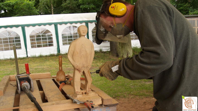 Die Entstehung einer Skulptur aus Holz