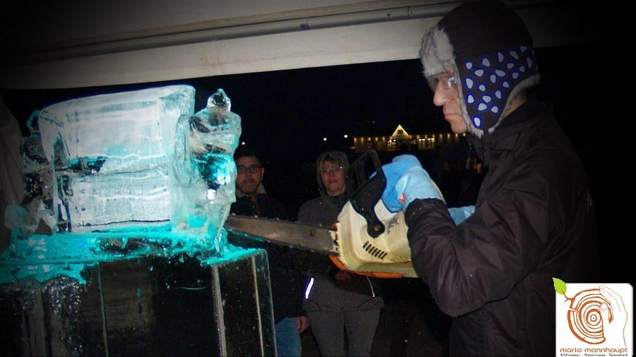 Live Bildhauerei Eisskulptur schnitzen