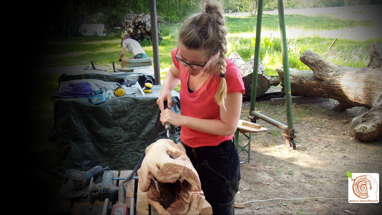 Abstrakte Arbeit am Holzstamm